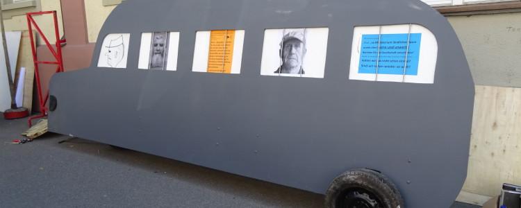 Grauer Bus vor dem Amtsgericht