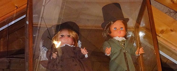Puppen im Glaskasten