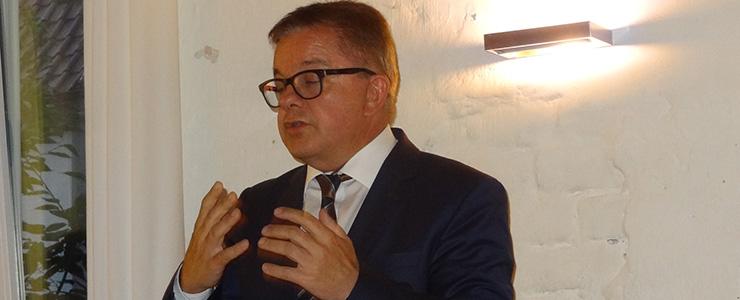 Guido Wolf gestikuliert