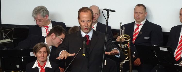 Daniel Rapp dirigiert das Orchester