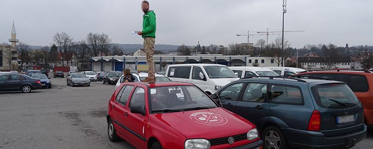 Mann auf Autodach