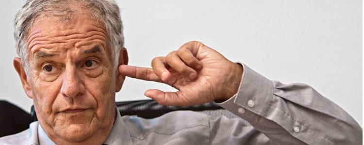 Stickelberger mit Finger im Ohr