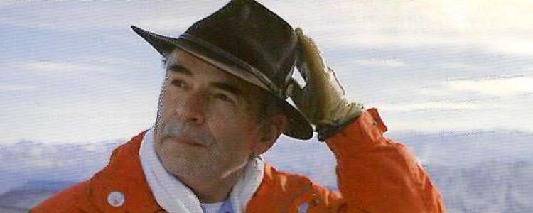 Mollath mit Hand am Hut