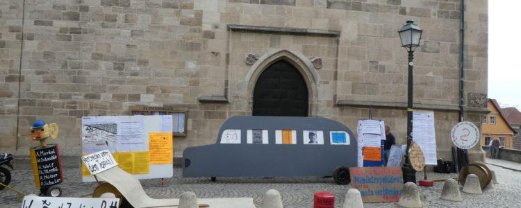 Demo vor der Kirche