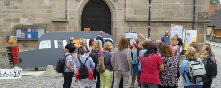 Besuchergruppe bei der Demo