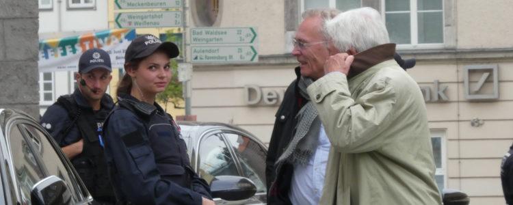 Polizistin mit zwei Männern