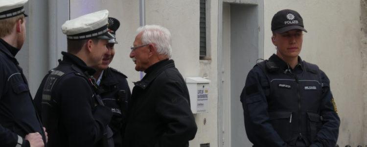 Engler mit Polizeischutz