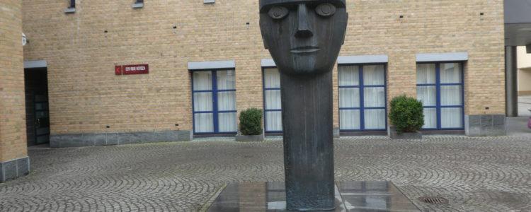 Skulptur vor dem Fellbacher Rathaus
